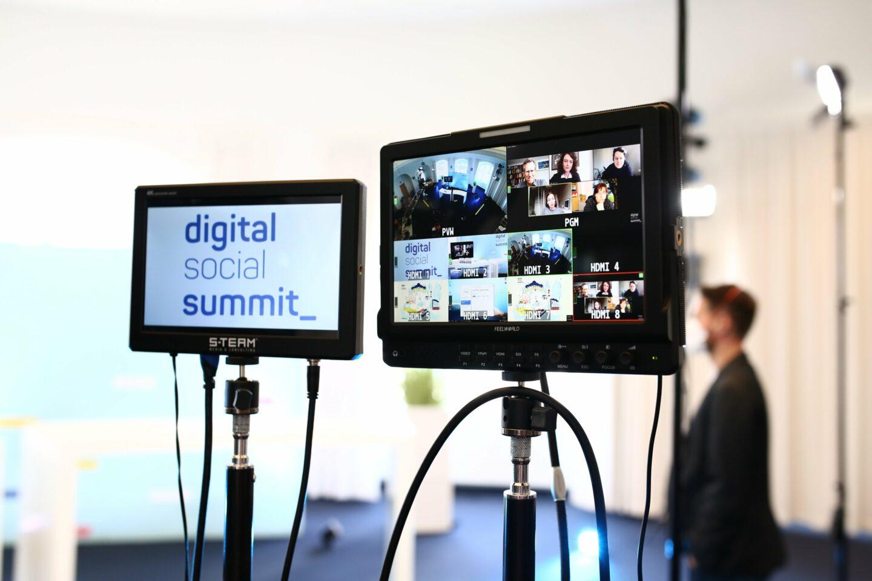 Zwei Monitore im Studio vom 3. Digital Social Summit