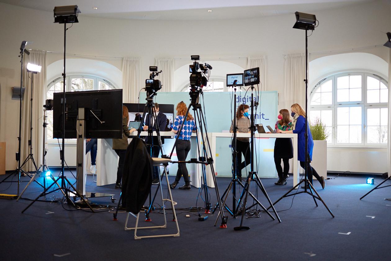 Blick in das Bucerius Law School Studio mit Personen am Tisch